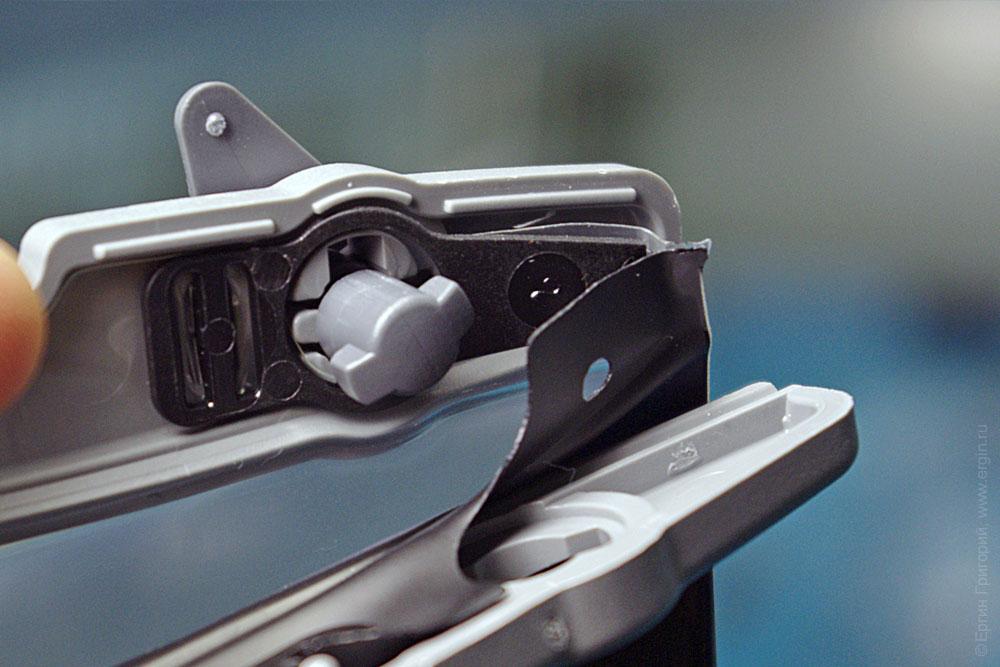 Механизм зажима аквапака для смартфонаСмартфон в защитном водостойком чехле