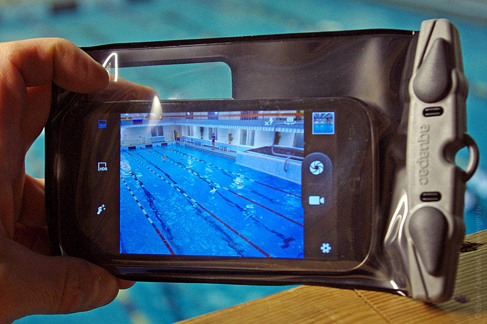 Смартфон в защитном водостойком чехле
