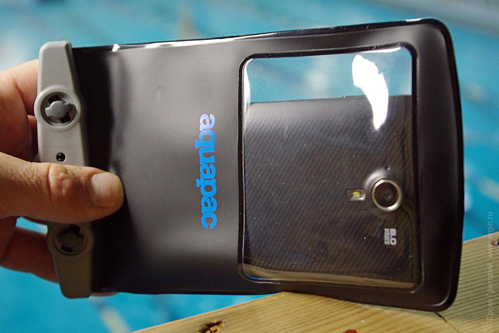 Смартфон в аквапаке с окошком для вспышки и камеры