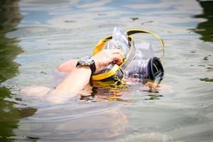 С фотокамерой и смартфоном - в воду