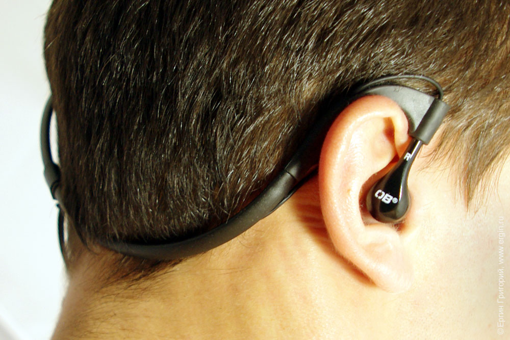 Герметичные наушники OverBoard OB1063BLK на голове