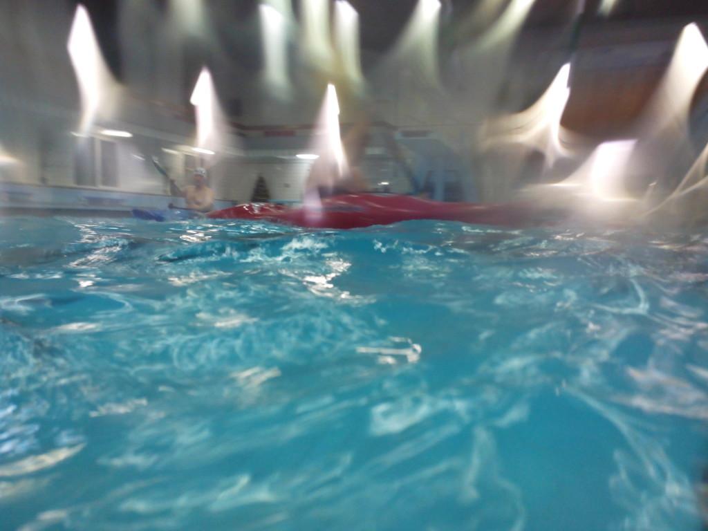 Фото у поверхности воды в бассейне смартфоном в аквапаке