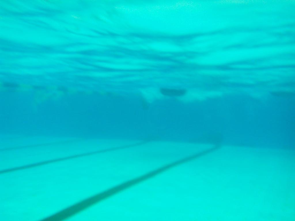 Подводное фото в бассейне смартфоном в аквапаке