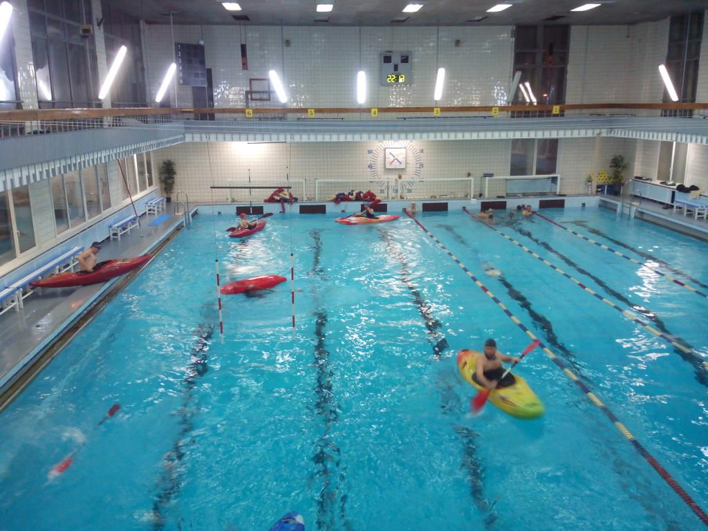 Фото бассейна с каякерами смартфоном в защитном водном чехле