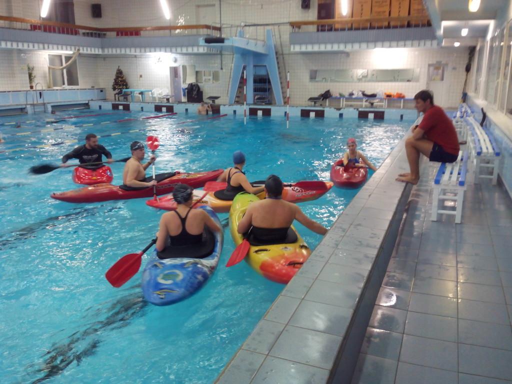 Фото каякеров в бассейне смартфоном c аквапаком