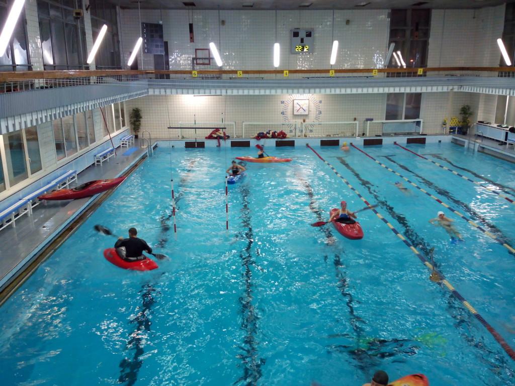 Фото бассейна с каякерами смартфоном без защитного чехла