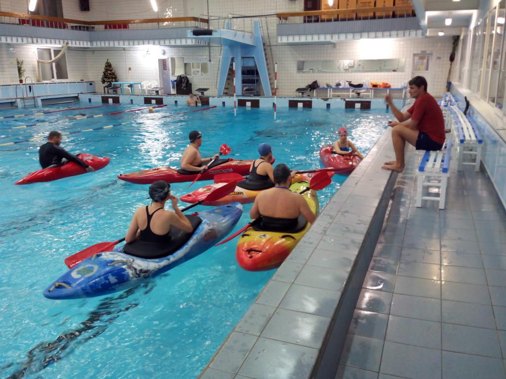 Фото каякеров в бассейне смартфоном без аквапака